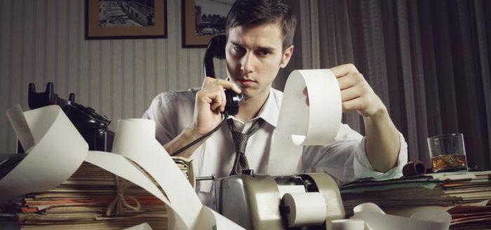 Молодой парень с телефонной трубкой у кассового аппарата