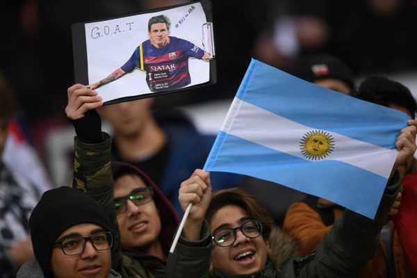 Молодёжь с аргентинским флагом