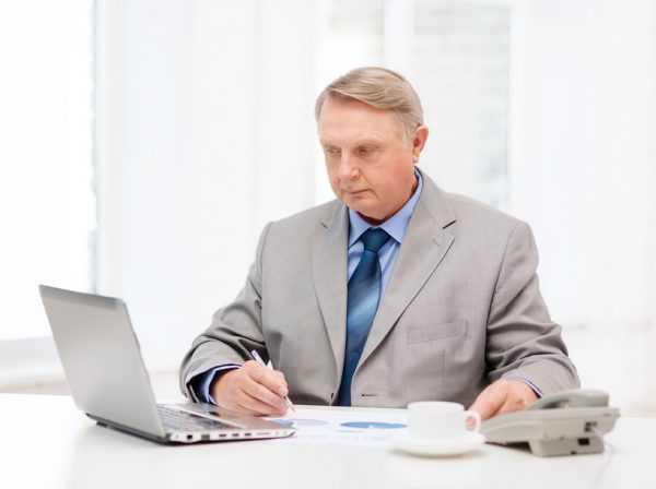 Мужчина за столом с ноутбуком