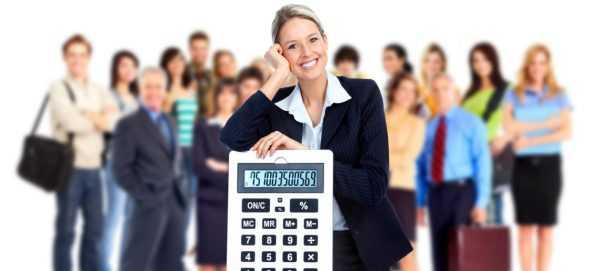 Женщина с калькулятором и работники