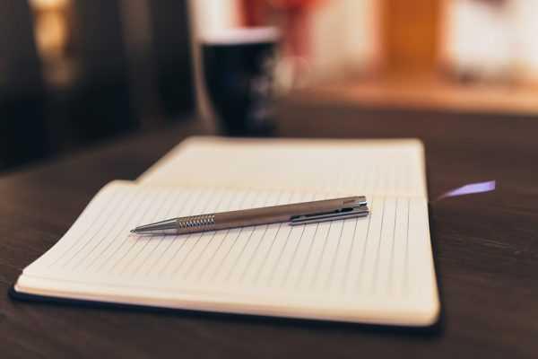 Тетрадь с ручкой на столе