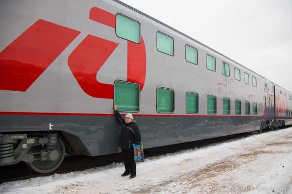 Человек на фоне поезда РЖД