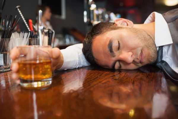 Пьяный спит на барной стойке