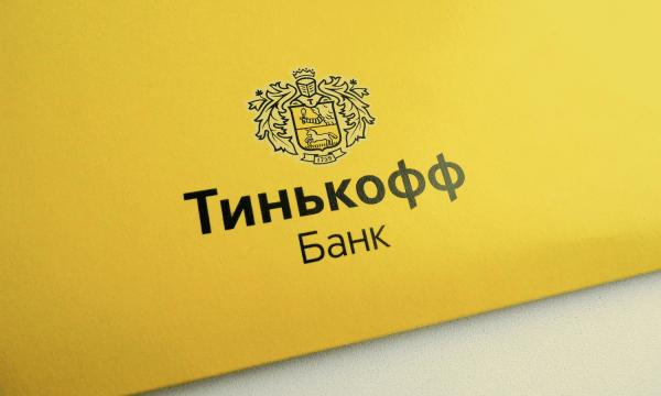 Надпись «Тинькофф Банк» на желтом фоне