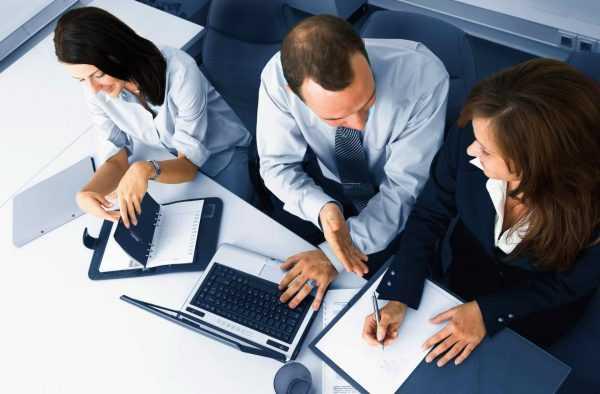 Сотрудники компании работают с документами