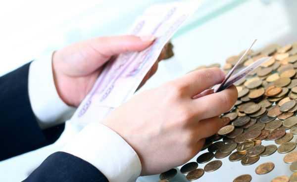 Руки человека, отсчитывающего деньги