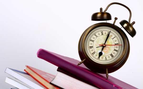 Часы на книгах и папках