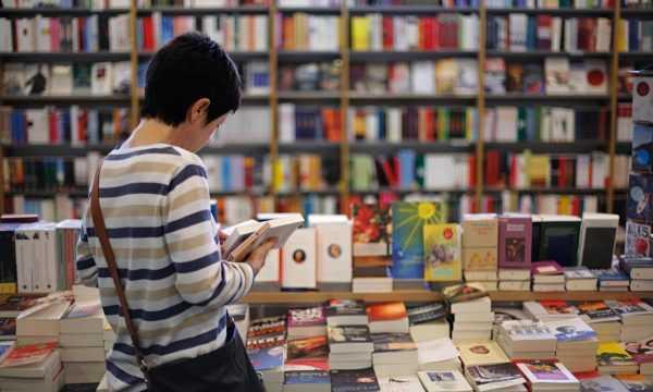 Девушка смотрит книгу в магазине