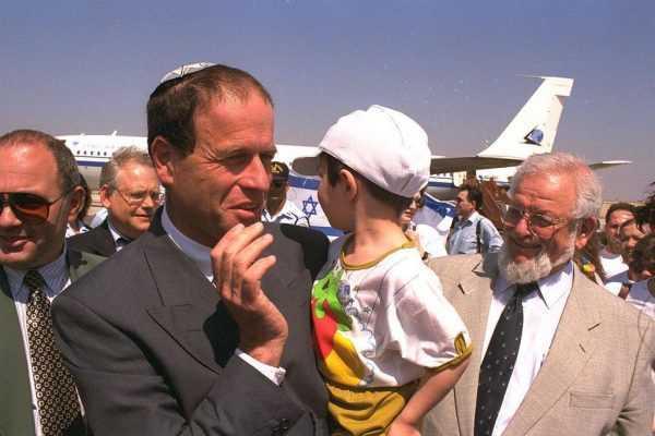 Еврей с ребёнком на фоне самолёта