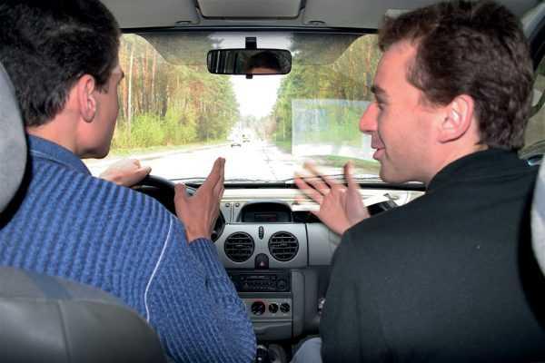 Два мужчины в автомобиле
