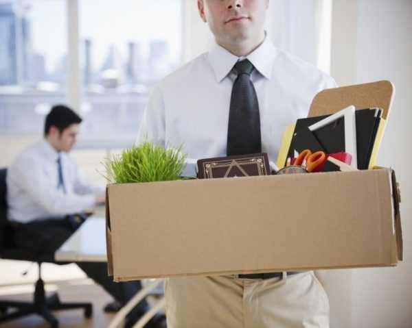 Мужчина покидает свое рабочее место