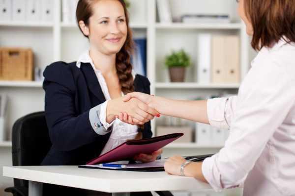 Специалист по кадрам начинает собеседование с кандидатом
