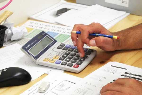 Калькулятор на рабочем столе в процессе расчётов