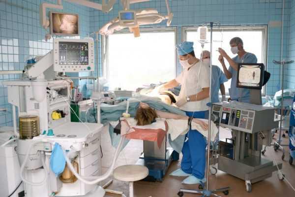 Медики в больнице возле койки пациента