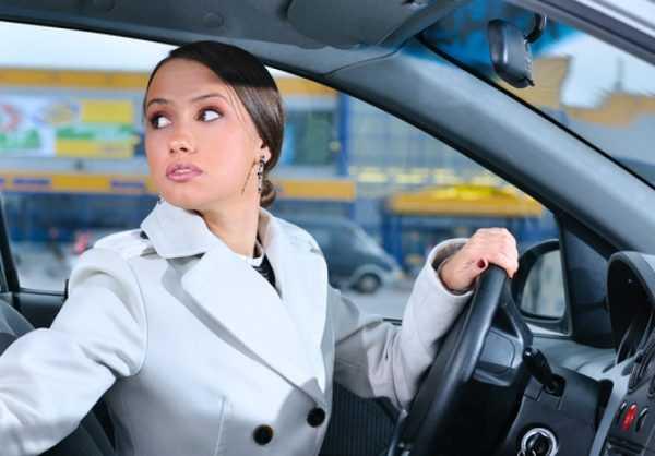 Женщина за рулём автомобиля