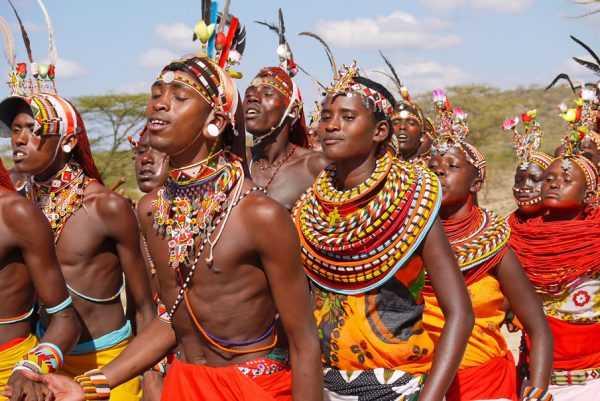 Кенийцы в национальных костюмах