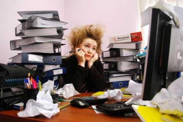 Офисная работница в тяжёлых раздумиях