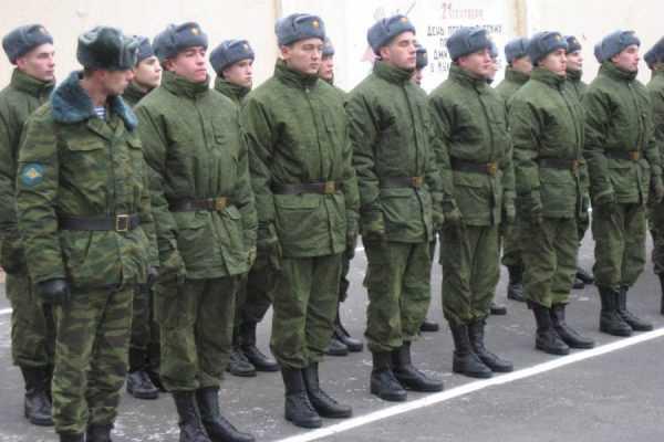 Солдаты стоят на плацу в две шеренги