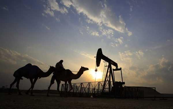 Погонщик верблюдов на фоне нефтяной вышки