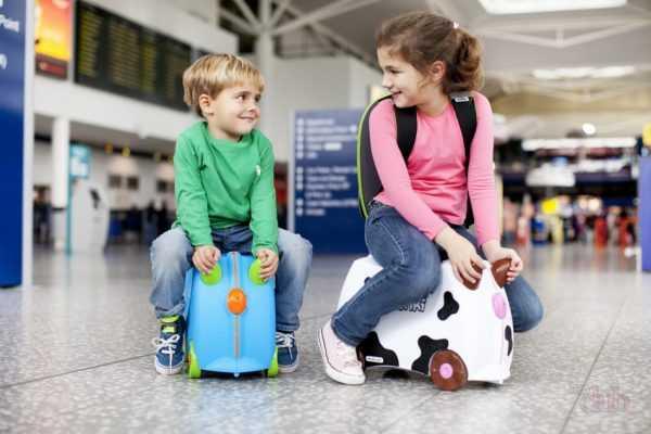Девочка и мальчик в аэропорту