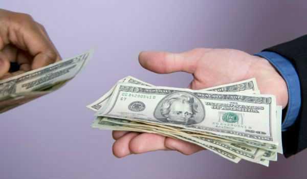 Долларовые купюры в руках