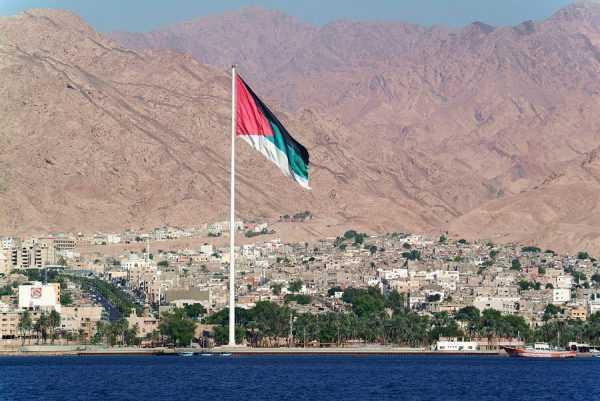 Панорама иорданского города Акаба с моря