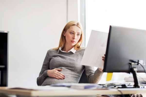Беременная сотрудница на рабочем месте