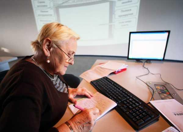 Пожилая женщина на работе у компьютера