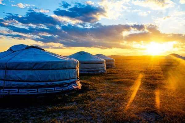 Юрты на фоне солнца
