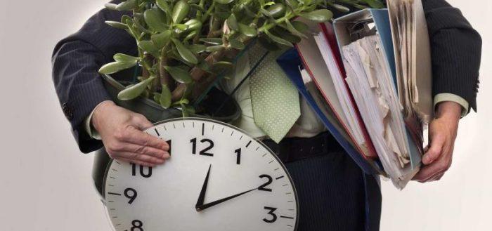Мужчина с часами, растением и папками