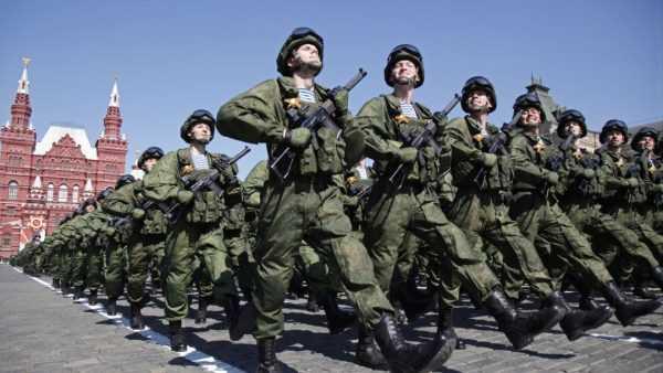 Военные идут строем по Красной площади в Москве