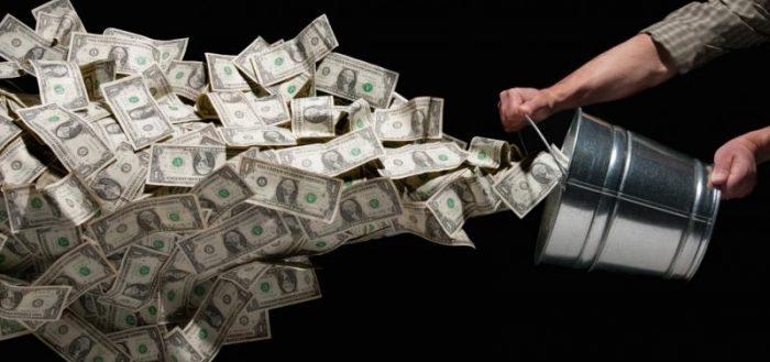 Деньги высыпаются из ведра