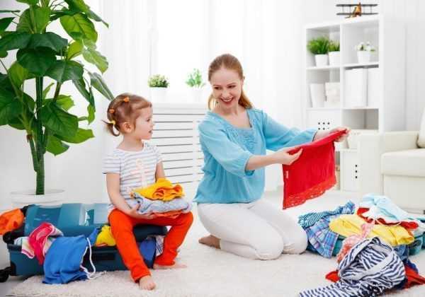 Мама и дочь перебирают одежду