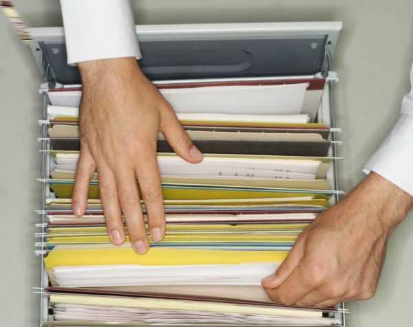 Мужские руки и документы