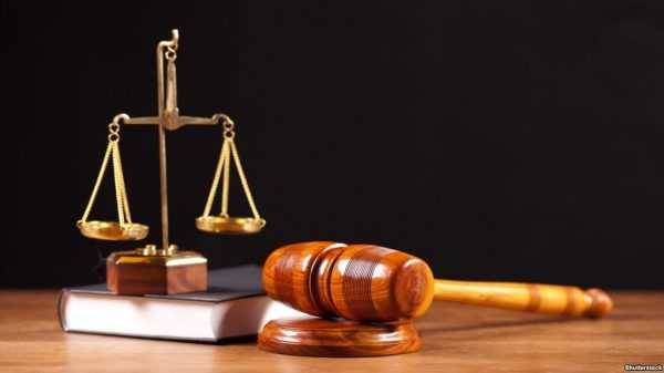 Весы, судейский молоток и книга на столе