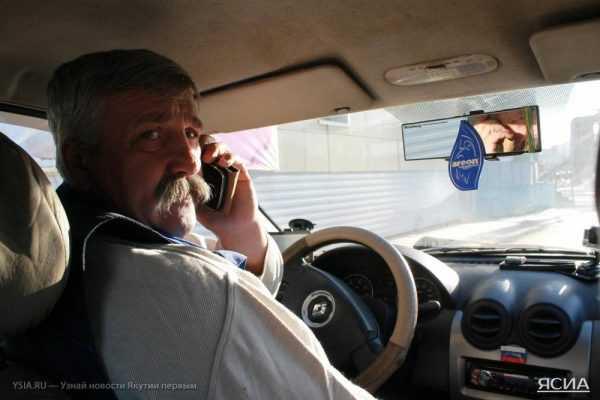 Водитель разговаривает по телефону