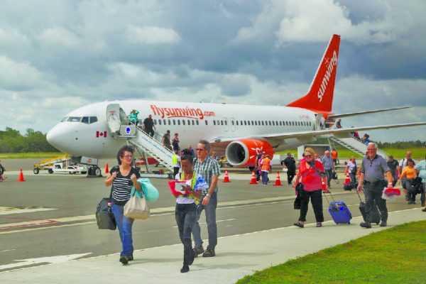 Пассажиры, выходящие из самолёта