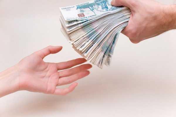Человек деньги отдаёт