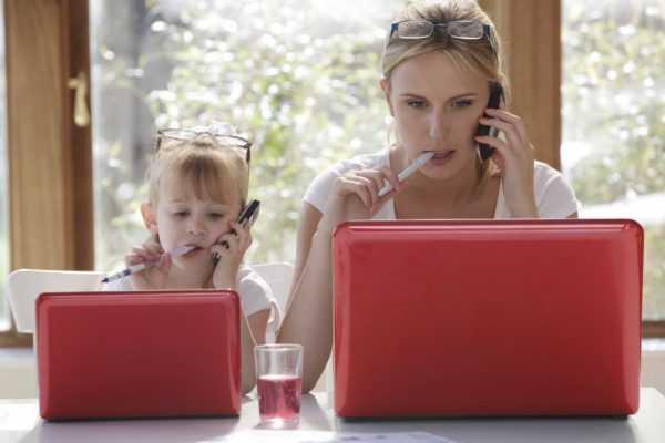 Женщина и ребёнок в одинаковых позах за ноутбуками