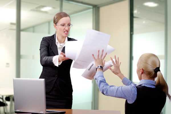 Разъярённая начальница швыряет бумаги в сотрудницу