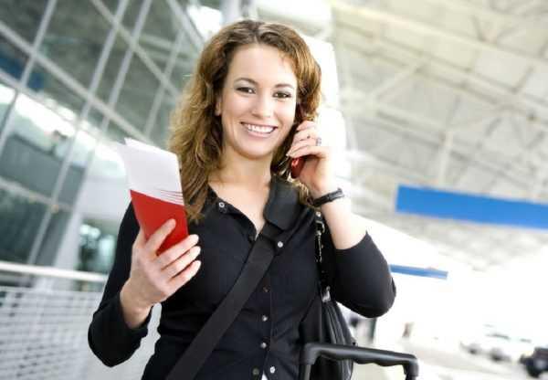 Женщина с билетом и сотовым телефоном