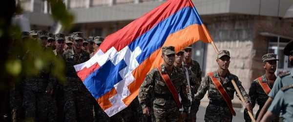 Военные с флагом Нагорно-Карабахской Республики