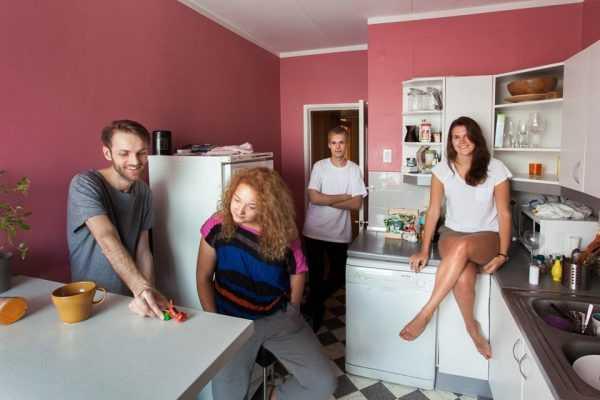 Две девушки и два парня на кухне