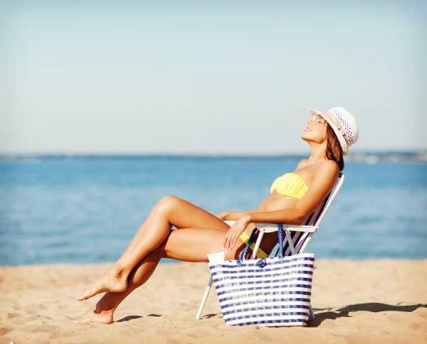 Девушка в шезлонге на пляже