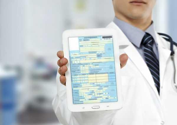 Больничный лист в руках у врача