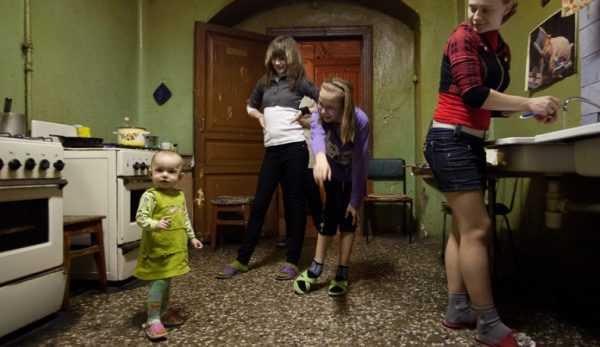Дети на кухне коммуналки