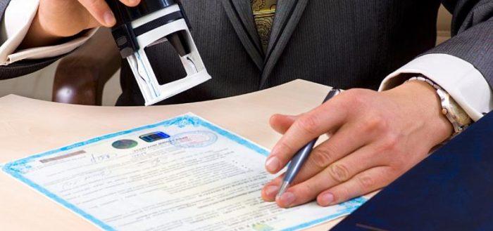 Мужчина ставит печать на лицензии