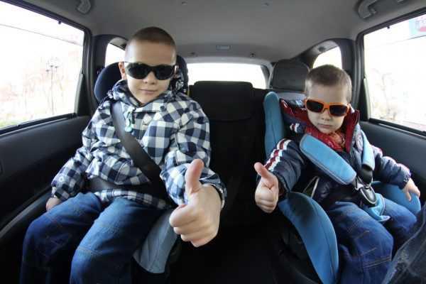 Дети едут в автомобиле