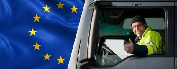 Водитель в кабине на фоне флага ЕС