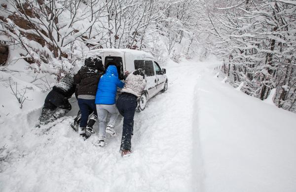 Застрявший в снегу автомобиль